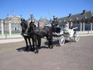 De Viervoeter Glaslandauer met Friese paarden bij Paleis het Loo